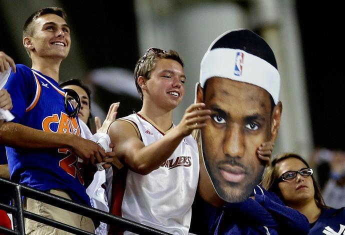 Torcedor do Cleveland exibe máscara de LeBron James prevendo o retorno do astro da NBA (Foto: Agência AP)