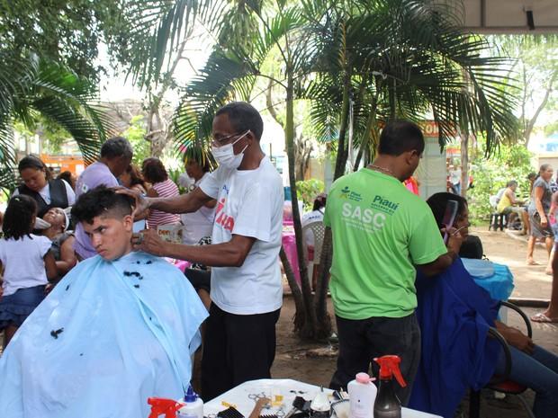 Cortes de cabelos foram bastante procurados durante PI TV nos bairros  (Foto: Gilcilene Araújo /G1)