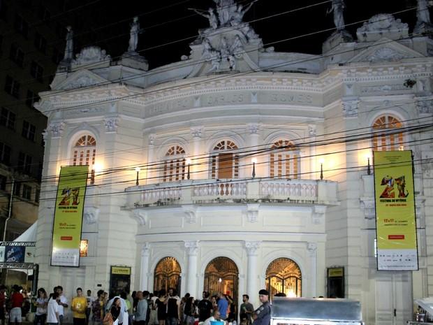 Produção de vídeos atrai centenas ao Theatro Carlos Gomes no Espírito Santo (Foto: Herlon Chaves/ G1 ES)