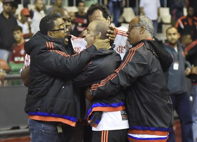 Torcedor Flamengo invasor basquete (Foto: André Durão)