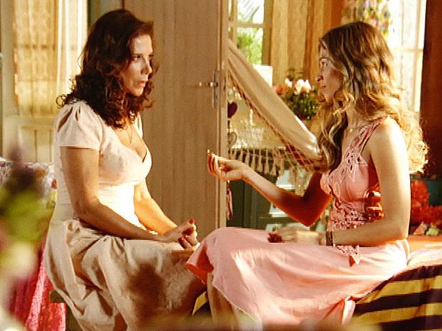 Que amizade é essa? Lindaura desconfia da generosidade de Alberto (Foto: Flor do Caribe / TV Globo)