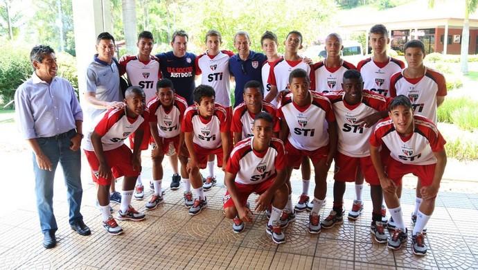 8fe6f6be26d0c Klinsmann posa com jogadores da base do São Paulo em Cotia (Foto  site  oficial