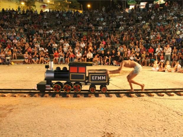 Peça encena a luta de trabalhadores na construção de ferrovia (Foto: Divulgação/Grupo O Imaginário)