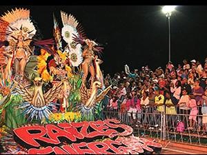 Desfile da Raízes Jovens na avenida Teotônio Vilela em São José dos Campos. (Foto: Prefeitura de São José dos Campos)