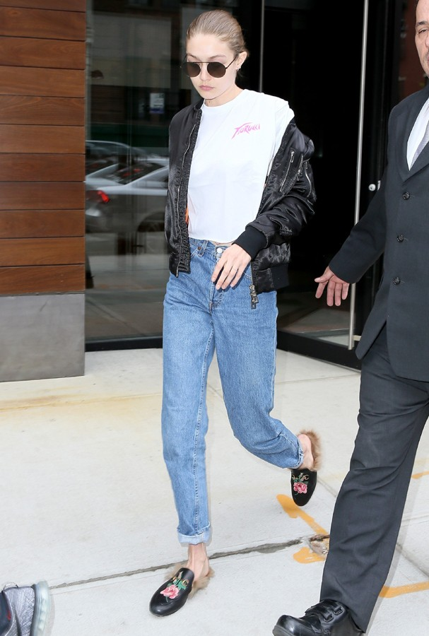 AK_824904 - New York, NY  - Gigi Hadid and her mom Yolanda head out into NYC for a day together. The blonde model is wearing mom jeans and a white tee paired with mules and colored lens shades.Pictured: Gigi Hadid, Yolanda HadidAKM-GSI 21 ABRIL 20 (Foto: AKM-GSI)
