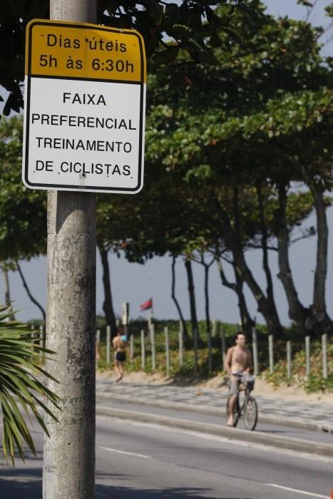 Foto (Foto: Placa em Ipanema alerta sobre bicicletas na Avenida Vieira Souto, onde morreu o triatleta Pedro Nikolay. Foto de Marcos Tristão - Agência O Globo)