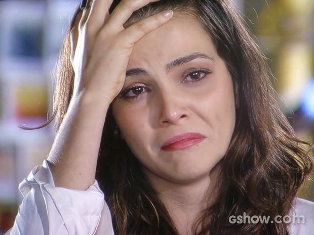 """Marina não se aguenta e cai aos prantos ao """"terminar"""" com Clara (Foto: Em Família/ TV Globo)"""
