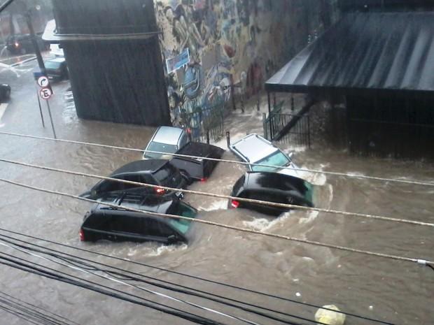 àgua arrasta carros em São Paulo  (Foto: Letícia Miranda/ Vc no G1 )