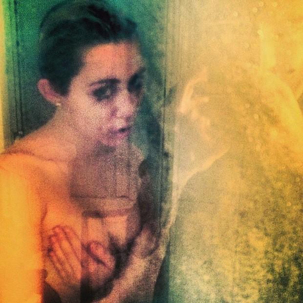 Miley Cyrus posa tomando banho (Foto: Instagram/ Reprodução)
