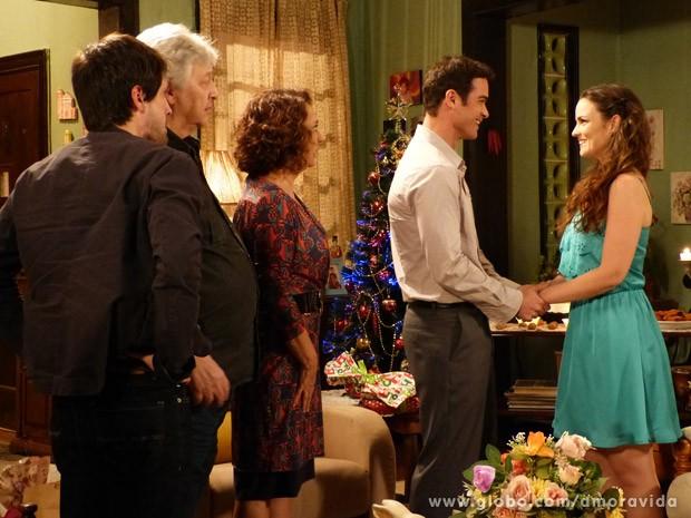 Elias faz pedido diante de toda a família (Foto: Amor à Vida/ TV Globo)