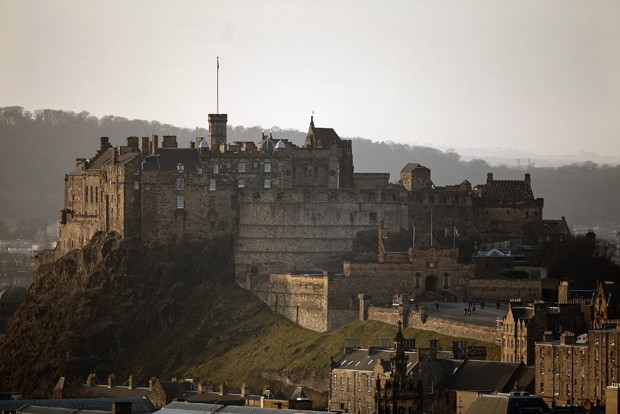 EDINBURGH, SCOTLAND - FEBRUARY 07:  A general view of Edinburgh Castle on February 7, 2012 in Edinburgh, Scotland. The castle dominates the city skyline was built on top of an extinct volcano, and has had a human settlement on the castle site since 900BC. (Foto: Getty Images)