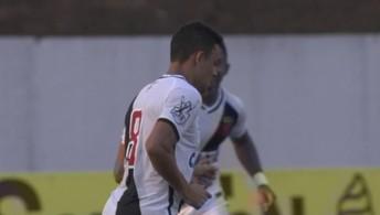 Bela jogada do Vasco: Eder Luis chuta para fora, aos 32' do 1º Tempo