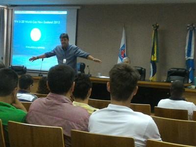 Instrutor da Coaf-RJ orienta sobre lances de bola na mão (Foto: Vicente Seda)