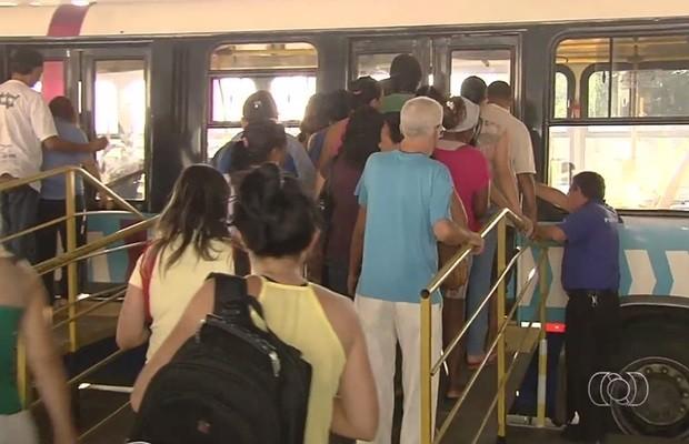 Plataformas de madeiras são usadas para embarque no Terminal Vera Cruz, em Goiânia (Foto: Reprodução/TV Anhanguera)