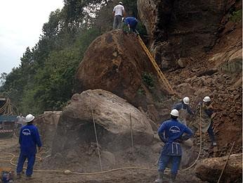 Homens trabalham para remover barreira que desabou na Rota do Sol, em Caxias do Sul, RS (Foto: Guilherme Pulita/RBS TV)