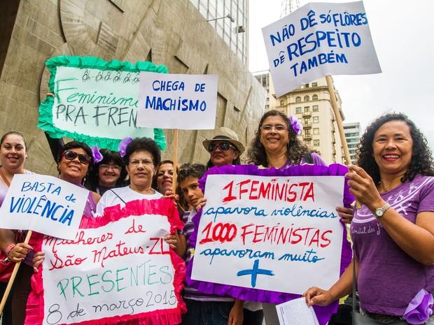 Mulheres reunidas na Avenida Paulista neste domingo (Foto: Cris Faga/Fox Press Photo/Estadão Conteúdo)