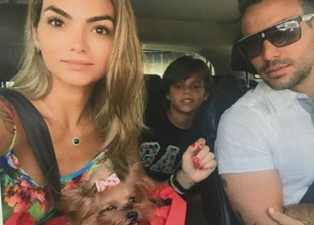 Kelly Key e a família com a cachorra Nininha (Foto: Reprodução/Instagram)