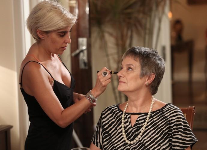 Selma Egrei se maquia antes de gravar (Foto: Raphael Dias/Gshow)