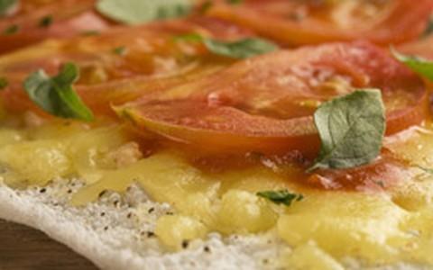 Pizza de tapioca com recheio marguerita
