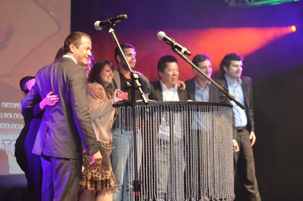 Os responsáveis pela produção 'Boneco', vencedora na categoria Mercado durante a premiação  (Foto: Fabiana de Paula / Globo.com)