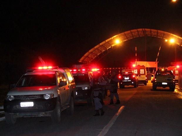 Operação com Corpo de Bombeiros e Samu foi montada para pouso de emergência (Foto: Marcos Dantas/G1 AM)