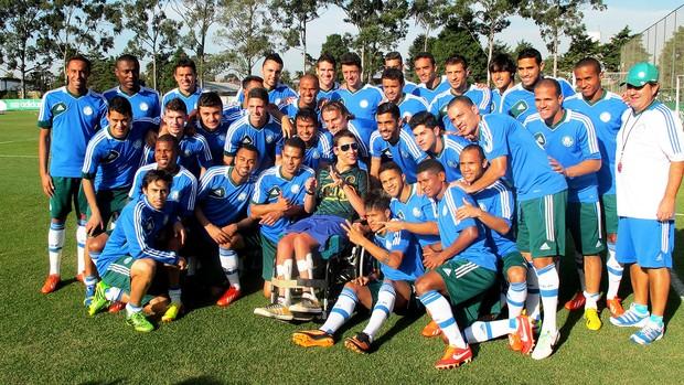 Jogadores e o técnico Gilson Kleina posam ao lado do cadeirante Lucas Palmeiras (Foto: Marcelo Hazan)