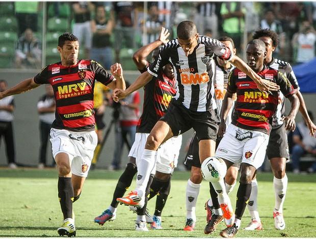 Leonardo Silva cercado por jogadores do Sport (Foto: Bruno Cantini / Site Oficial do Atlético-MG)