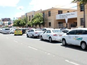 Manifestação de taxistas na Avenida Bezerra de Menezes (Foto: TV Verdes Mares/Reprodução)