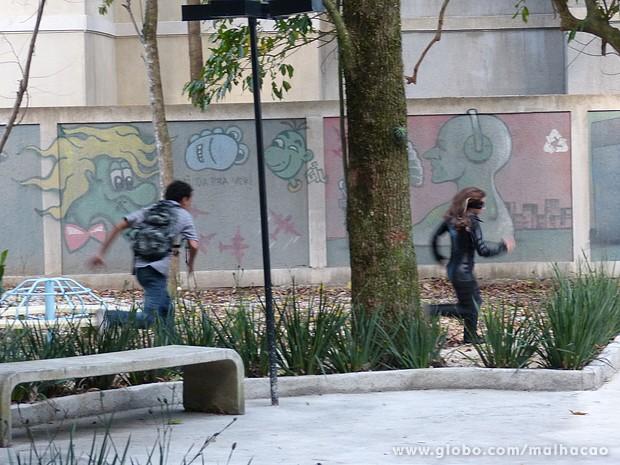 Paulino persegue Zorga até que conseguir alcançá-la (Foto: Malhação / TV Globo)