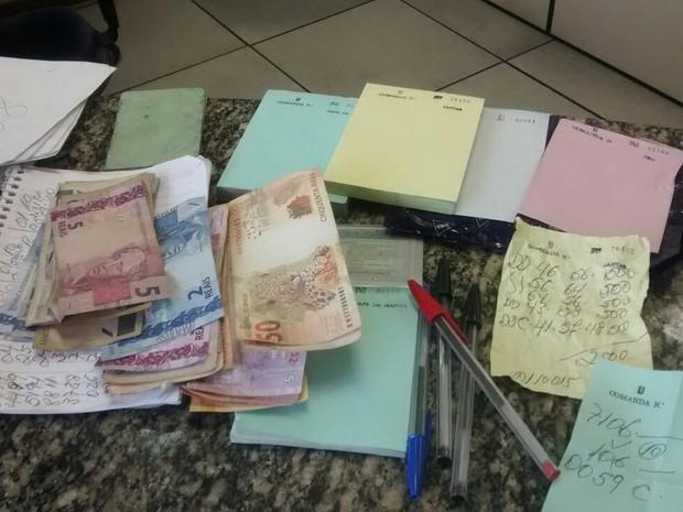 Material ficou apreendido na 128ª DP de Rio das Ostras (Foto: Divulgação/ Polícia Militar)