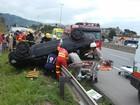 Carro capota e motorista fica ferido na BR-262 em Viana, no ES