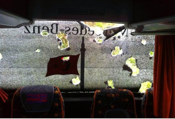 Ônibus Besiktas, handebol, Turquia, apedrejamento, apedrejado (Foto: Reprodução/Twitter)