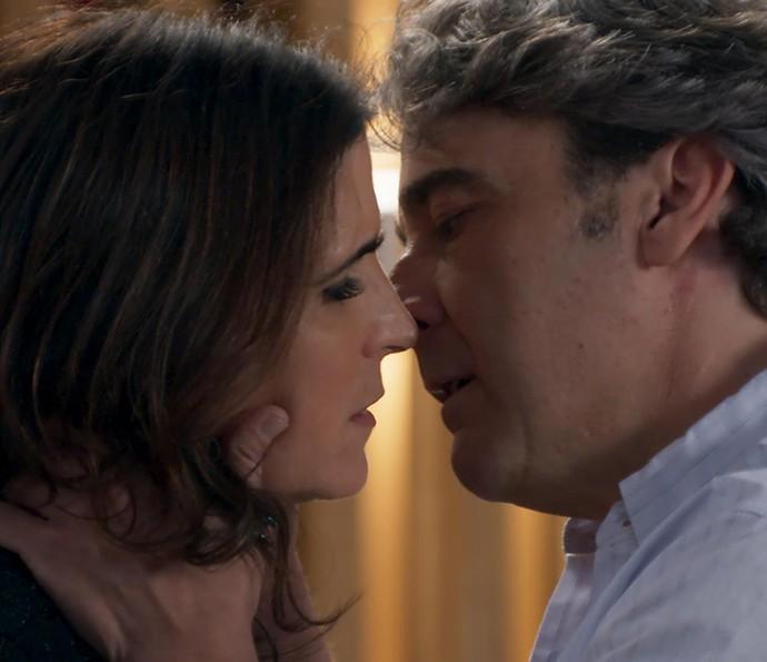 Aparício e Receba ficam muito perto de darem um beijo (Foto: TV Globo)