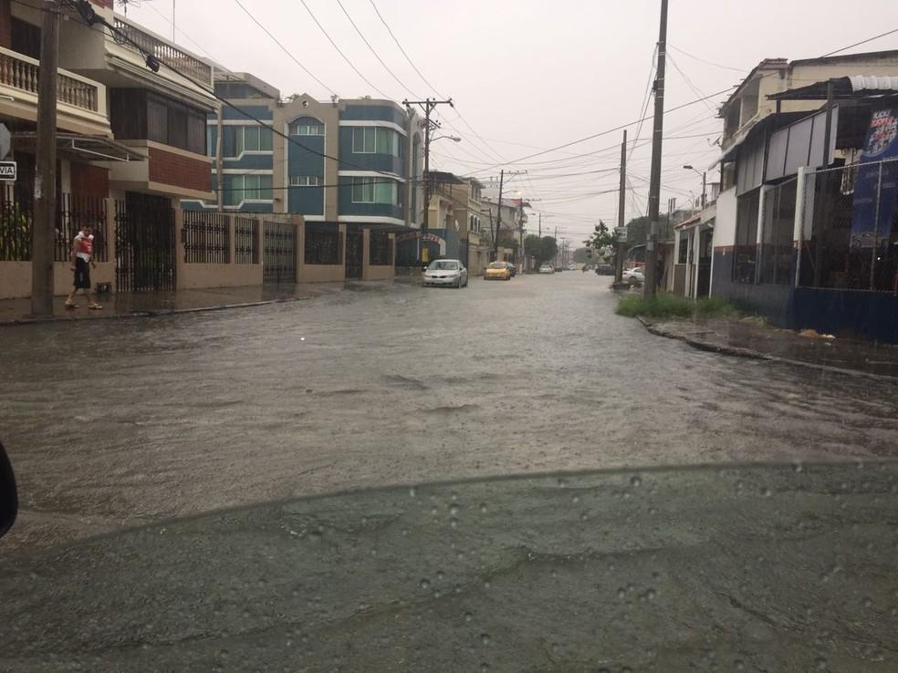 Chuva caiu forte na tarde desta quarta-feira na cidade de Guayaquil (Foto: Felippe Costa)