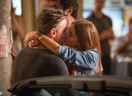 Eliza pede Arthur em namoro