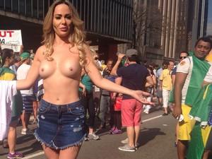 SÃO PAULO: Manifestantes e curiosos interrompem os protestos para observar o ato da modelo Ju Isen na Avenida Paulista (Foto: Isabela Leite/G1)