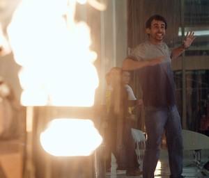 Capanga de Alex coloca fogo em lixeira (Foto: TV Globo)