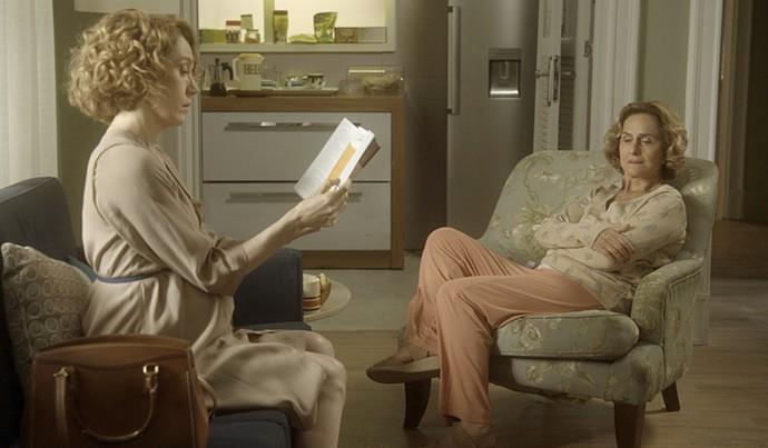 Vitória lê livro para Silvia (Foto: TV Globo)