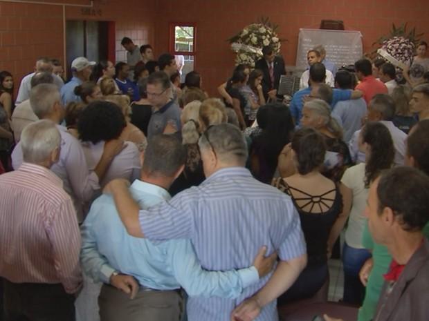 Família e amigos foram ao enterro de mulher morta e presa com cadeados a cama em Rio Preto (Foto: Reprodução/TV TEM)