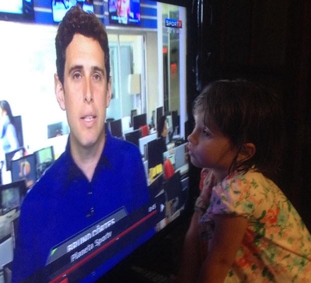 Julia, 4 anos, filha de Bruno, vendo o pai pela televisão (Foto: Arquivo Pessoal)