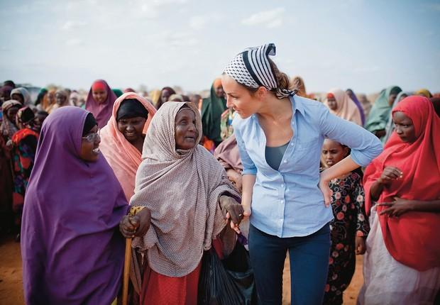 DO LUTO À LUTA A canadense Amanda Lindhout (à dir.) na Somália. Depois de libertada, ela criou uma ONG e voltou ao país para ajudar mulheres  (Foto: Arq. pessoal)