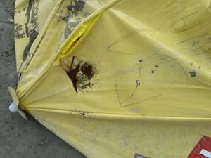 Guarda-sol atraiu raio que matou família em Praia Grande (Foto: G1)