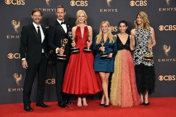 Laura Dern, Reese Whiterspoon e Nicole Kidman com colegas de elenco de Big Little Lies e seus troféus do Emmy 2017 (Foto: Getty Images)