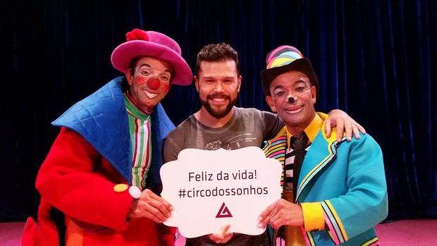Marcos, da dupla com Belutti, posa com palhaços Kuxixo e Maskarito  (Foto: Delson Silva/Ag.News)