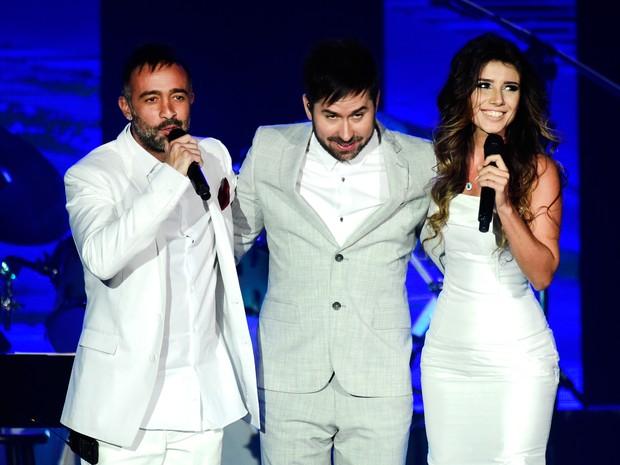Mario Domm e Pablo Hurtado com Paula Fernandes em prêmio de música em Las Vegas, nos Estados Unidos (Foto: Frazer Harrison/ Getty Images/ AFP)