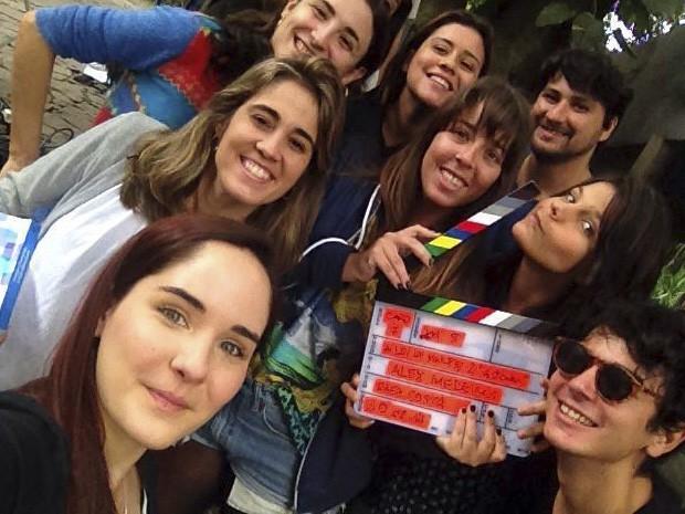As atrizes Beatriz Bertu e Giovana Echeverria tiram selfie com a equipe. (Foto: Gshow)