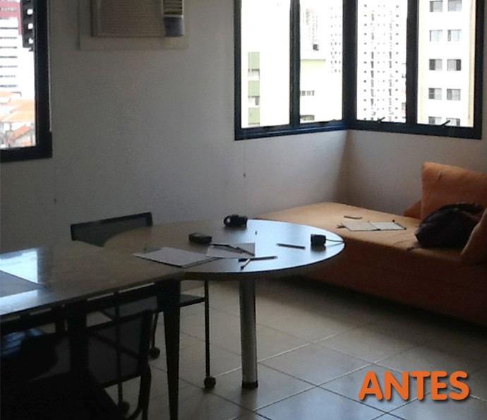 Antes: móveis sobrepostos não garantem a amplitude do lugar (Foto: Divulgação)