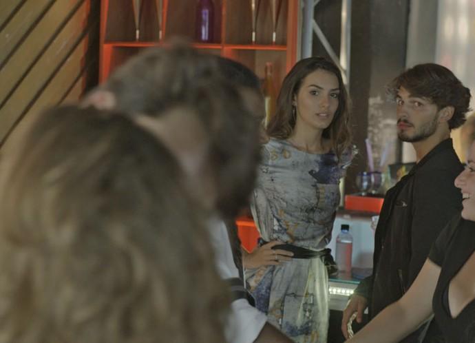 Luciana vê Rodrigo se exibindo com Flávia e fica chocada! (Foto: TV Globo)