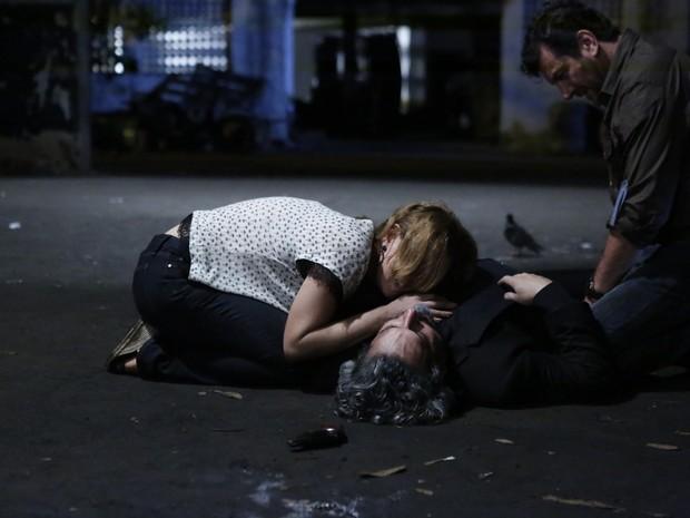 Cristina (Leandra Leal) fica desesperada  (Foto: Ellen Soares/ Gshow)