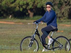 A presidente Dilma Rousseff passeia de bicicleta nos arredores do Palácio da Alvorada durante a manhã desta segunda-feira (1º) em Brasília. Ela estava acompanhada por seguranças, também de bicicleta